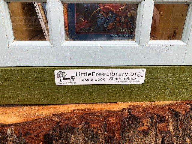 La quercia va abbattuta e una libraia crea al suo interno una biblioteca