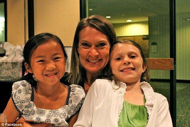 la-riunione-di-Audrey-e-sua-sorella-gemella 2