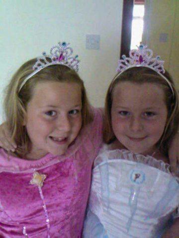 la-storia-di-Lucy-ed-Emily-le-gemelle-vittime-di-bullismo 1