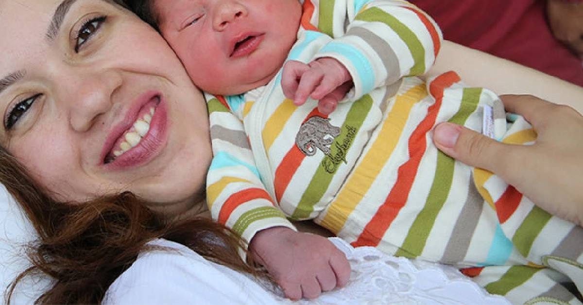 Nasce-con-una-voglia-a-forma-di-cuore-sul-volto