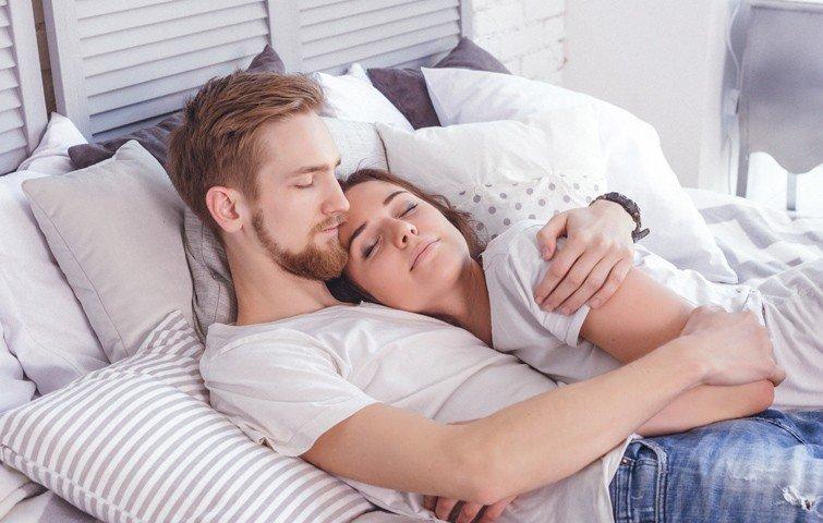 11 cose che le coppie che si amano fanno prima di andare a letto
