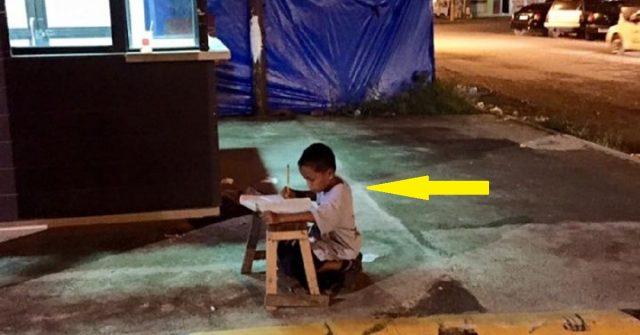 il-bambino-studiava-seduto-in-strada-sotto-la-luce-di-una-finestra