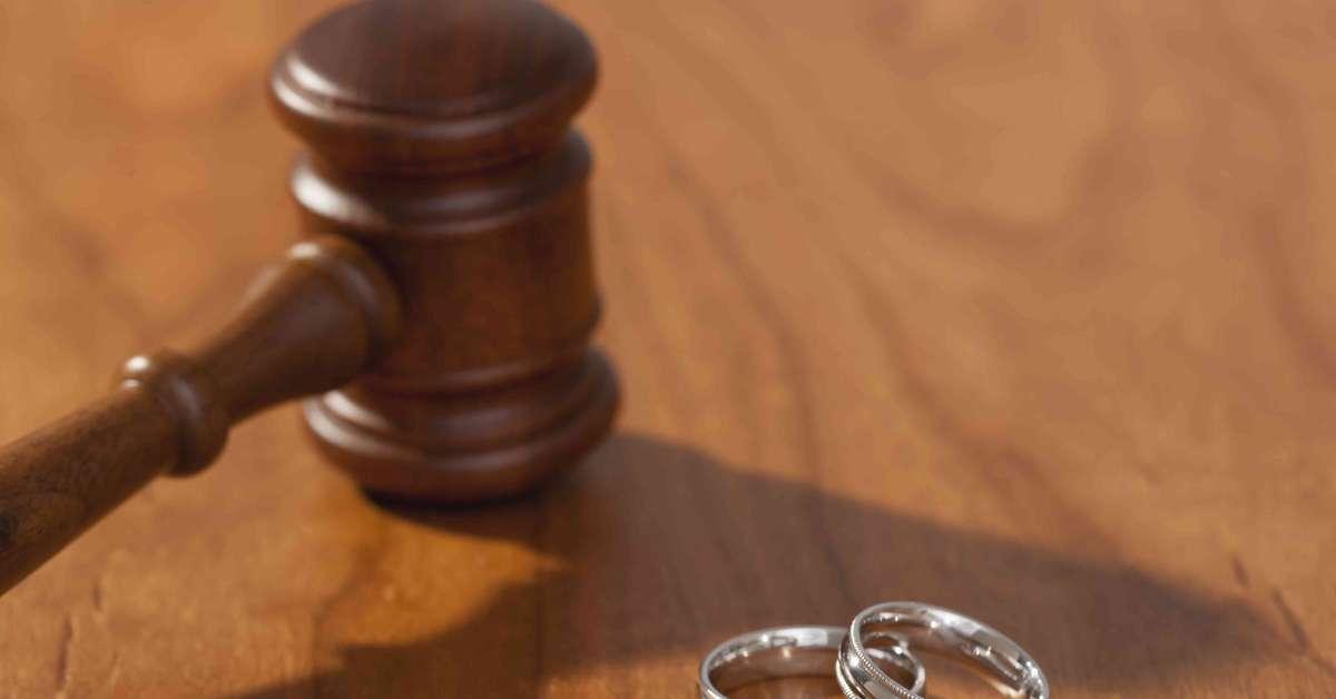 Anziano scopre che la moglie l'ha tradito 30 anni fa e chiede il divorzio