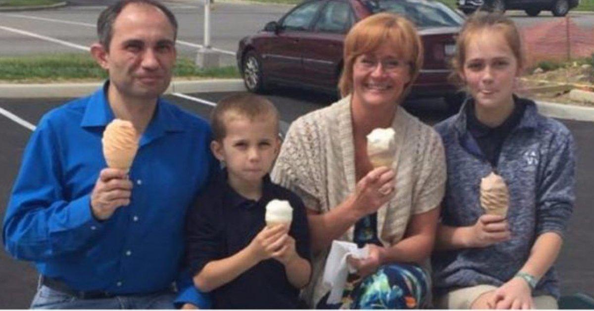 Scatta foto a famiglia che mangia gelato. Giorni dopo riceve SMS che la sconvolge