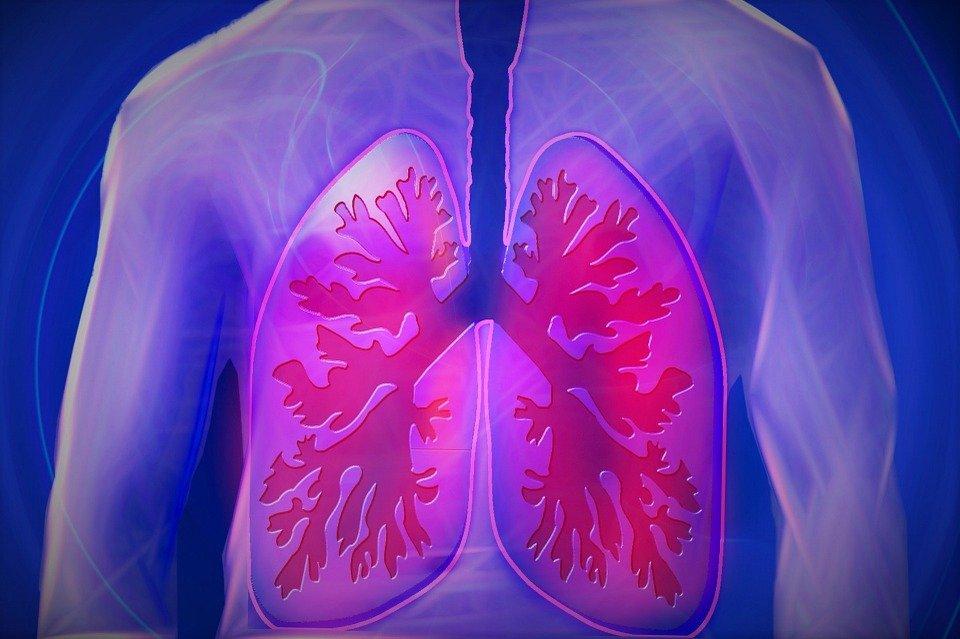 Ha una tosse così forte che sputa un pezzo di polmone