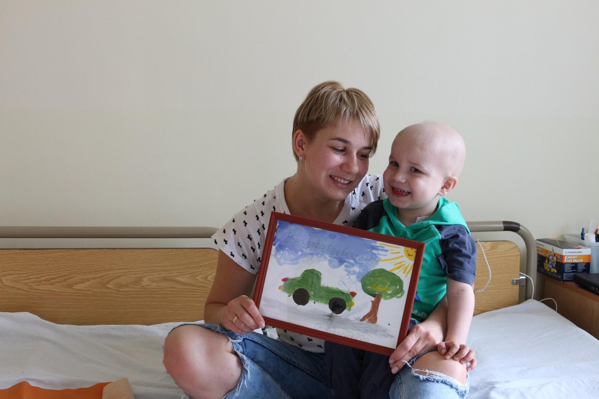 Bimbo di 4 anni con la leucemia crea giocattoli per pagarsi le cure