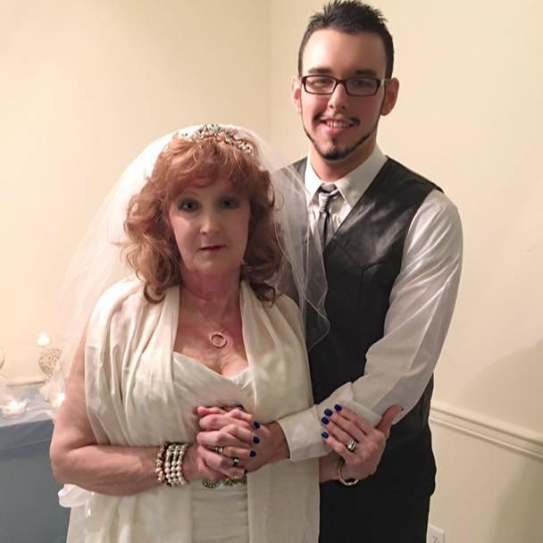 Lei 74 e lui 21 anni, Gary e Almeda si sono sposati