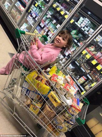 Constance-la-mamma-criticata-per-il-suo-modo-di-fare-la-spesa 2