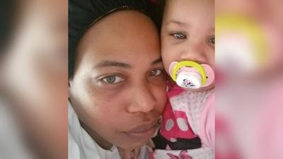 Donna pugnalata a morte dalle figlie di 12 e 14 anni. Le aveva sequestrato i cellulari per punizione
