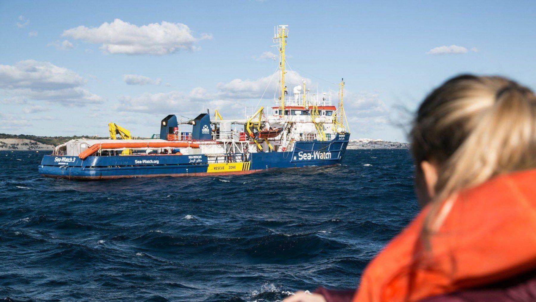 Navi ONG a Malta, esultanza a bordo tra i migranti. IL VIDEO