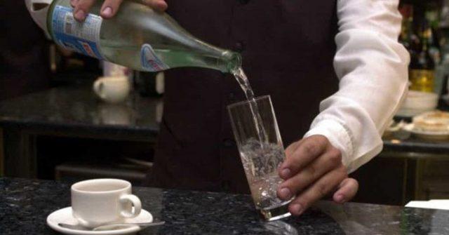 Detersivo al posto dell'acqua, giovane cliente di un bar in condizioni gravissime