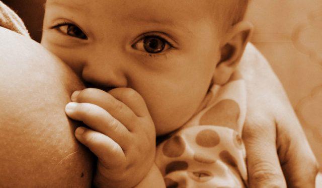 perché-i-bambini-amano-toccare-il-seno-libero-della-madre 3