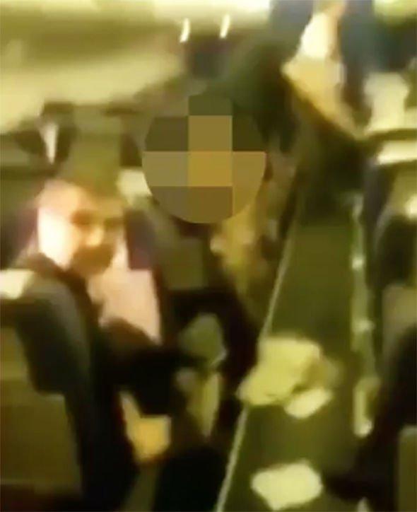 Passeggero ubriaco fa la pipì davanti a tutti in aereo. VIDEO