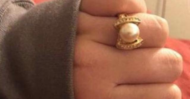 la-ragazza-si-lamenta-dell'anello-di-fidanzamento