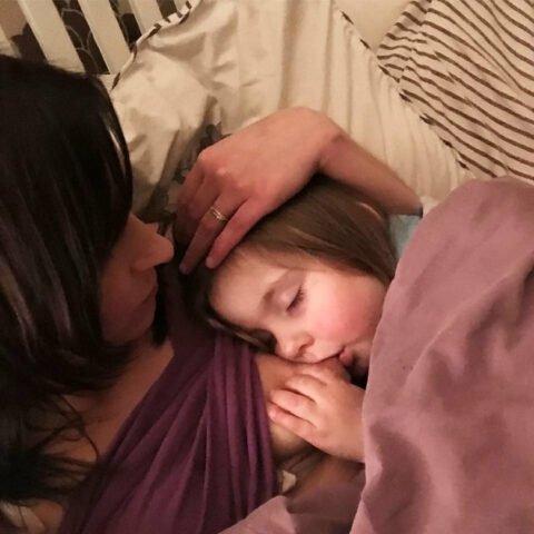 Leanne-la-mamma-che-allatta-sua-figlia-di-quattro-anni 1