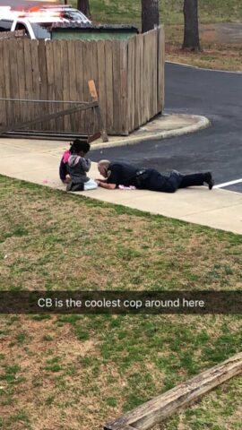 Il-poliziotto-si-e-sdraiato-sul-marciapiede