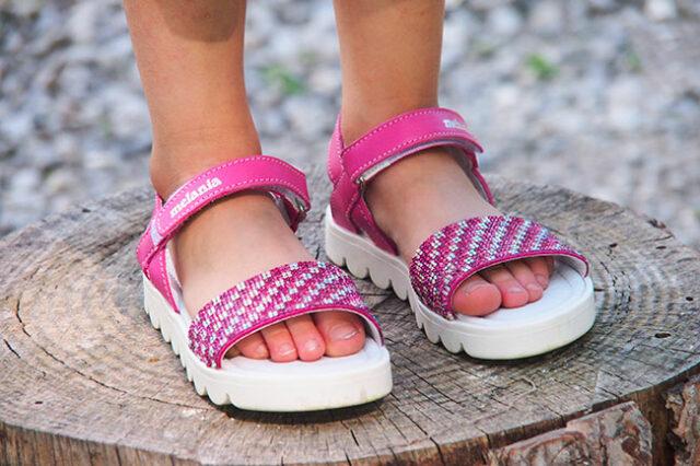 La-bambina-ha-deciso-di-regalare-le-scarpe