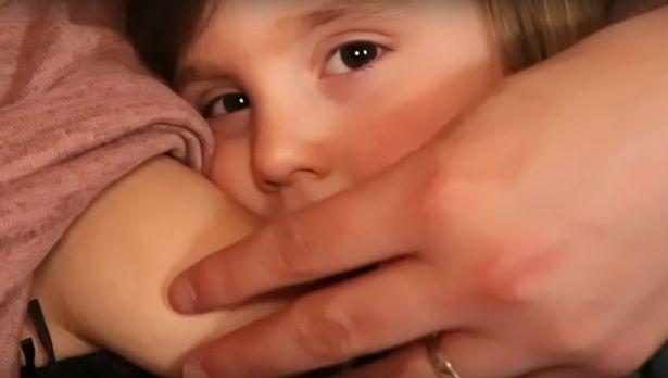 Leanne-la-mamma-che-allatta-sua-figlia-di-quattro-anni 2
