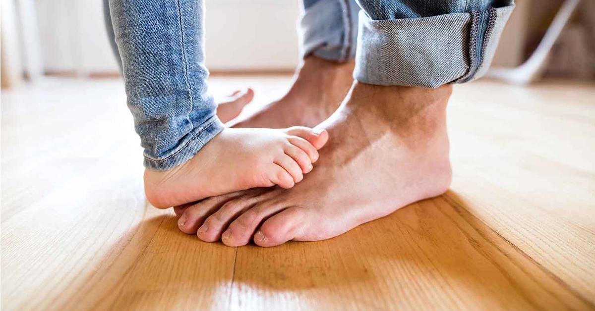 Tutti-i-benefici-di-camminare-scalzi-in-casa