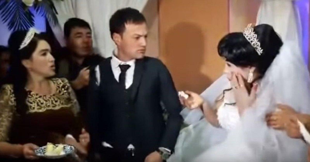 Dà uno schiaffo alla moglie il giorno del matrimonio per un pezzo di torta
