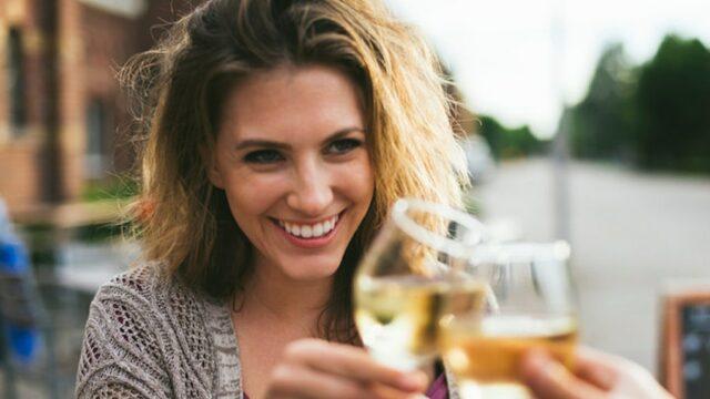 donna-bevendo