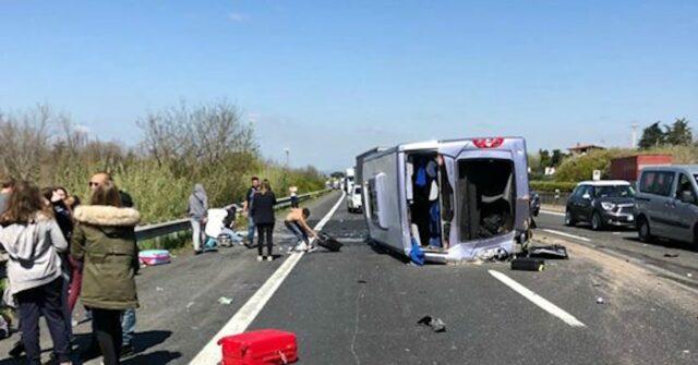grave-incidente-in-autostrada-si-ribalta-pullmino-con-studenti