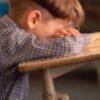 Bambino-autistico-fa-cadere-l'insegnante-e-i-genitori-vengono-denunciati
