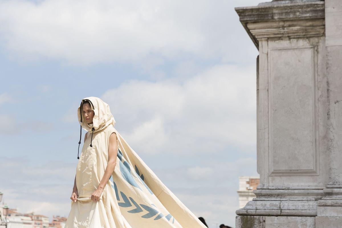 Bianca Balti e l'abito fatto con una tenda dei rifugiati