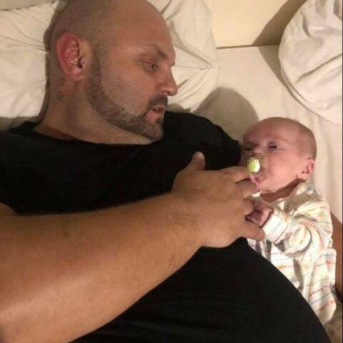 Mike-perde-la-vita-dopo-essersi-addormentato-con-suo-figlio 1