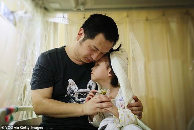 il-matrimonio-della-piccola-Yaxin-con-il-suo-amato-papà 1