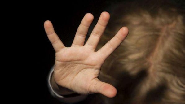 maestre-trovano-lividi-ed-ecchimosi-sul-corpo-della-bimba-carabinieri-arrestano-il-responsabile 3