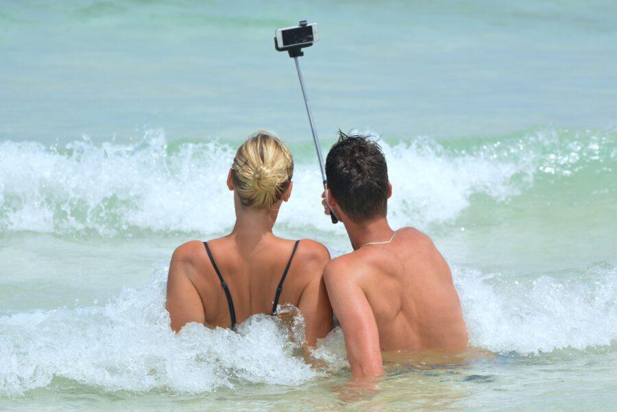 Regole per l'uso corretto del cellulare in spiaggia