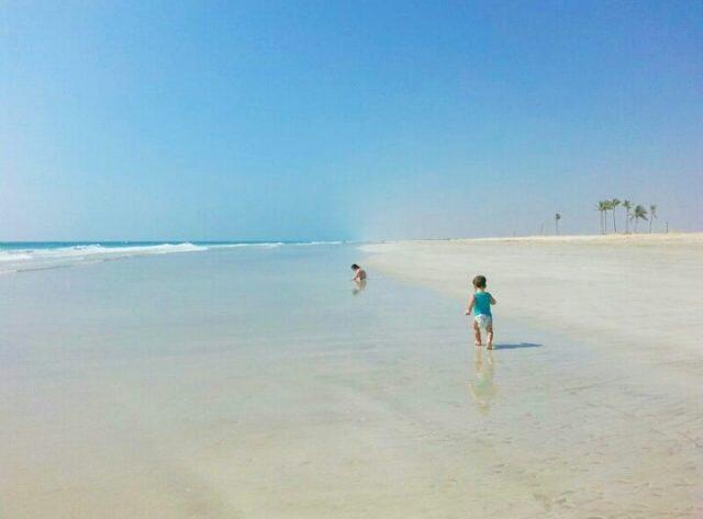 bimbo-di-3-anni-trovato-da-solo-in-spiaggia 1