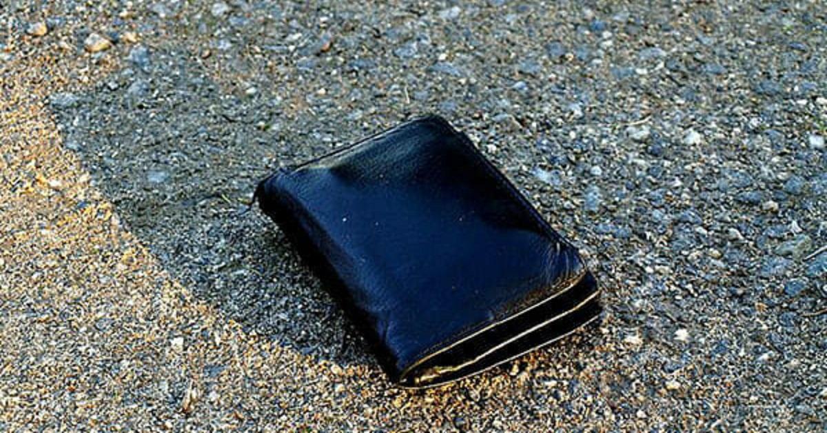 Studente riconsegna il portafoglio ritrovato, poi riceve una lettera