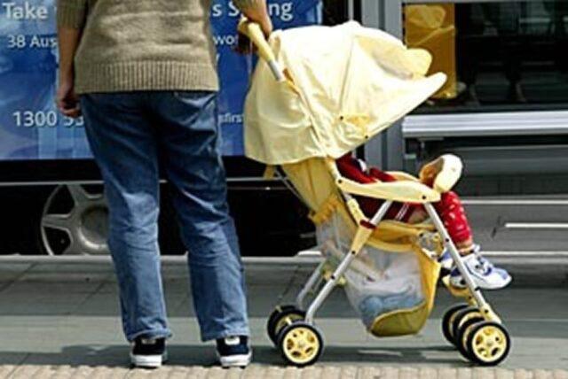 genitori-ubriachi-dimenticano-il-loro-bambino-tra-la-folla-alla-sagra-del-paese