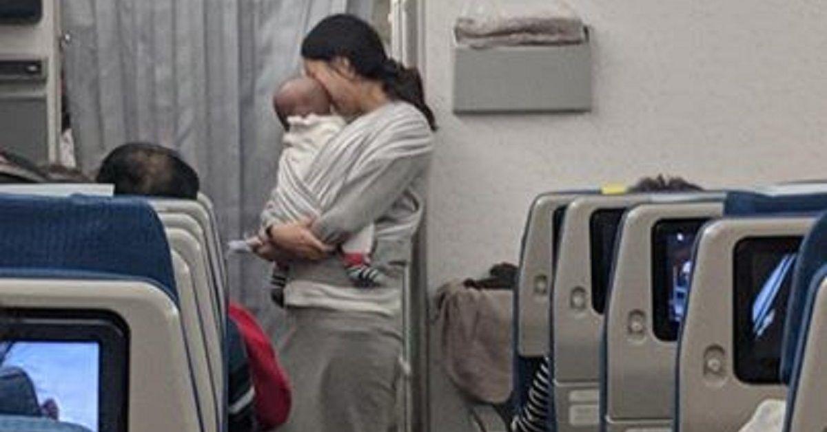 Mamma di un neonato di 4 mesi sale sull'aereo e consegna delle buste agli altri passeggeri