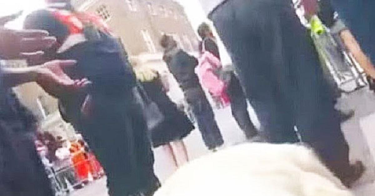 Sposo infuriato quando la suocera si presenta al suo matrimonio con un abito bianco