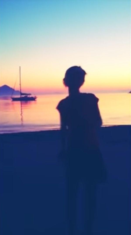 nadia-toffa-spiaggia-tramonto