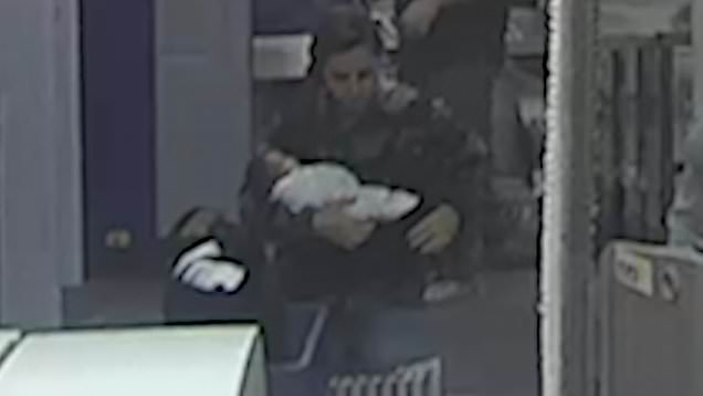 trovata-donna-che-viaggiava-con-neonata-nel-bagaglio-a-mano 2