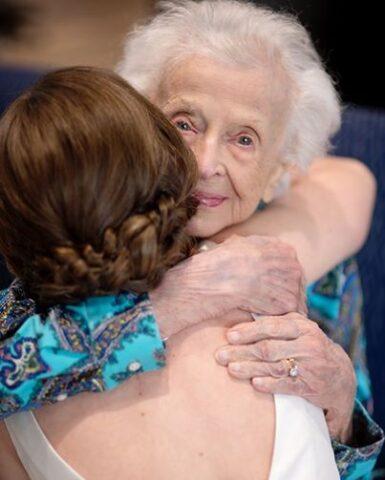 la-sorpresa-di-Tara-alla-dolce-nonna-di-102-anni 2