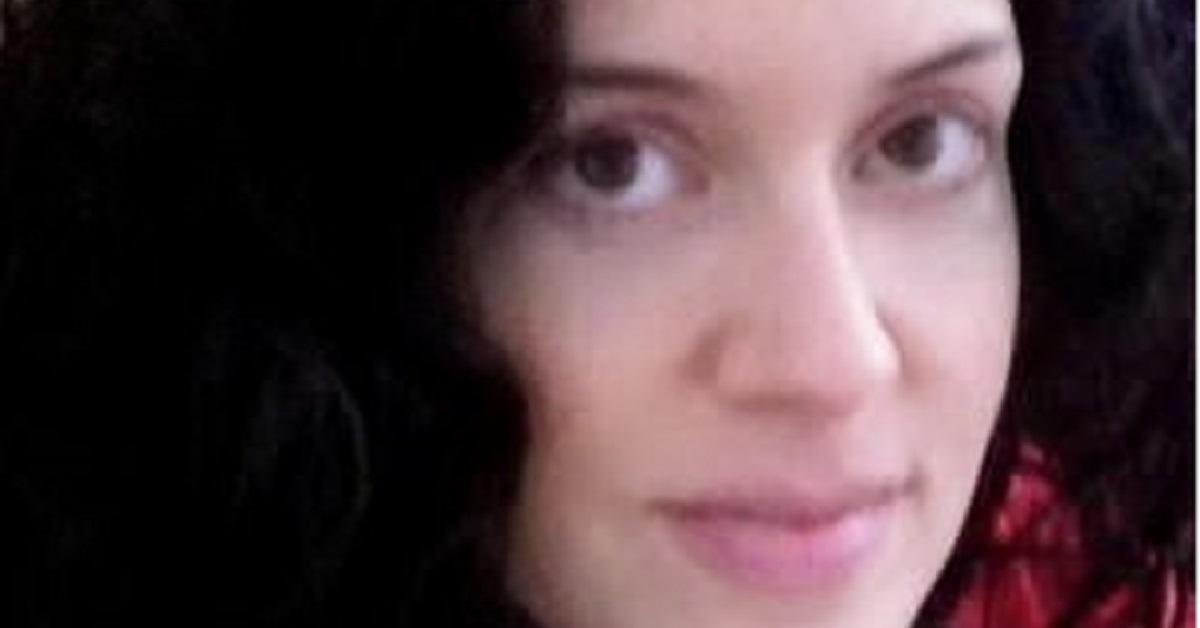 Donna diventa grigia a 21 anni, ma oggi non si tinge più e si sente più bella
