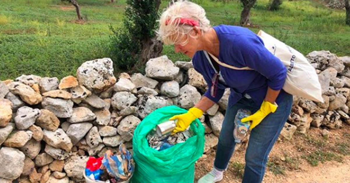 Helen Mirren ripulisce le strade del Salento dai rifiuti