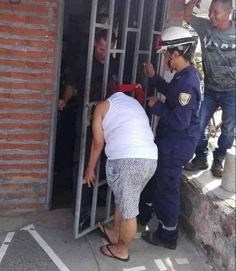 donna-polizia-porta