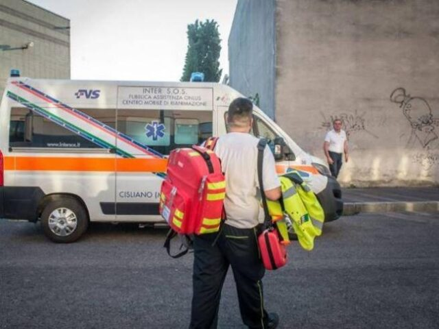 Milano-professore-colpito-da-un-malore-rianimato-da-una-studentessa
