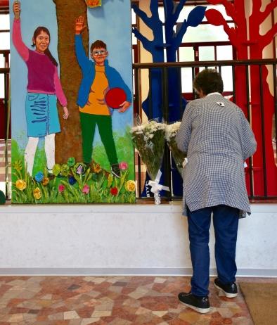 Fiori alla scuola Pirelli di via Goffredo da Bussero in memoria del bimbo morto cadendo dalle scale