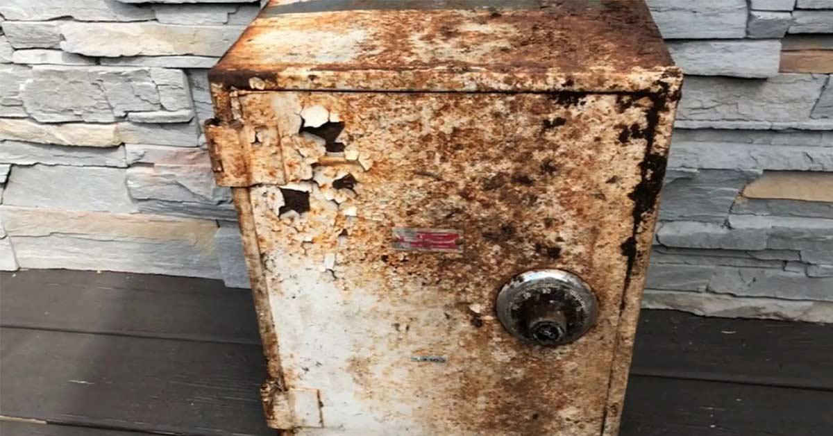 Coppia scopre un tesoro di 52mila dollari in una vecchia cassetta della spazzatura e restituisce tutto