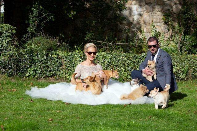 coppia-si-sposa-con-i-loro-otto-cani-presenti 2