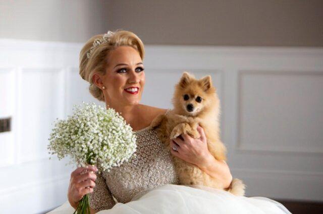 coppia-si-sposa-con-i-loro-otto-cani-presenti 1