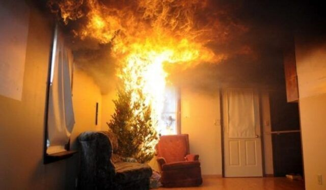 Torino-va-a-fuoco-albero-di-Natale 1