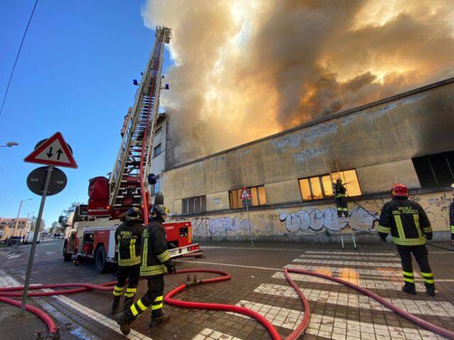 Monza, vasto incendio vicino ad una scuola